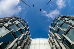 Szklani drapacz chmur nieregularny kształt Dolny widok Abstrakcjonistyczny architektoniczny szczegół stosowny jako tło korporacyj zdjęcia stock