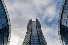 Szklani drapacz chmur nieregularny kształt Dolny widok Abstrakcjonistyczny architektoniczny szczegół stosowny korporacyjny budyne obrazy stock