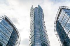 Szklani drapacz chmur nieregularny kształt Dolny widok Abstrakcjonistyczny architektoniczny szczegół stosowny korporacyjny budyne obraz stock