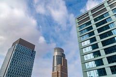 Szklani drapacz chmur nieregularny kształt Dolny widok Abstrakcjonistyczny architektoniczny szczegół stosowny korporacyjny budyne zdjęcie royalty free