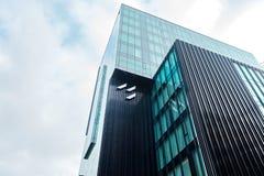 Szklani drapacz chmur nieregularny kształt Dolny widok Abstrakcjonistyczny architektoniczny szczegół stosowny korporacyjny budyne fotografia stock