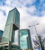 Szklani drapacz chmur nieregularny kształt Dolny widok Abstrakcjonistyczny architektoniczny szczegół stosowny korporacyjny budyne obrazy royalty free