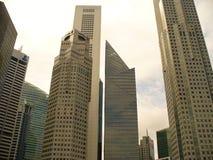 Szklani drapacze chmur Singapur, drapacze chmur na ulicie Zdjęcia Stock