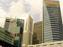Szklani drapacze chmur Singapur, drapacze chmur na ulicie Obrazy Stock