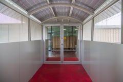 Szklani drzwi i czerwony chodnik w dniu zdjęcia stock