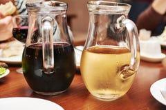 Szklani dzbanki z winem przy Fotografia Stock