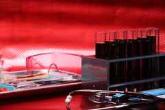 Szklani Lab Próbni narzędzia wyposażenia, setu egzamin próbny up dla mknącego backgro Zdjęcia Stock