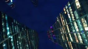 szklani nowożytni drapacz chmur Dolny widok przy prawym kątem z obracaniem, równo zbiory wideo