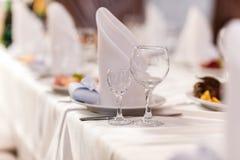 Szklani szk?a na stole wino restauracyjnej porcji poj?cia alkoholu romansowy pi?kny szk?o, wakacyjny go?? restauracji w kawiarni zdjęcie royalty free