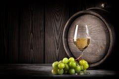 Szklany biały wino i wiązek winogrona Obraz Royalty Free