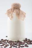 Szklany bottleful dojne i kawowe fasole Obraz Royalty Free