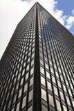 Szklany budynek, drapacz chmur w środku miasta, w Manhattan z odbiciem i niebieskim niebem Fotografia Stock