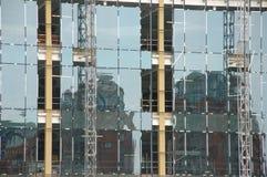 Szklany budynek z starym budynku odbiciem Zdjęcia Royalty Free