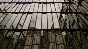 Szklany budynek z udziałami okno Niebo odbija w okno zdjęcia stock