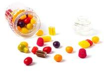 Szklany cukierku słój wypełniający z kolorowymi cukierkami zdjęcia royalty free