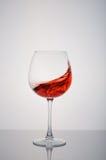 Szklany czerwonego wina chełbotanie na białym tle Zdjęcie Stock