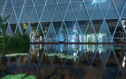 Szklany drapacza chmur ` s pierwsze piętro przy nocą Zdjęcia Royalty Free