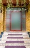 Szklany drzwi z budynek powierzchownością jest piaskowcowy. Zdjęcia Stock