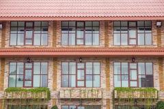 Szklany drzwi z budynek powierzchownością jest piaskowcowy. Obrazy Royalty Free