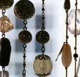 Szklany jewellery i srebni breloczki na koliach obraz stock