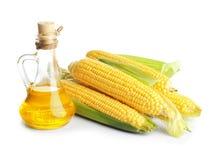 Szklany miotacz z kukurydzanym olejem i dojrzałymi cobs zdjęcie stock