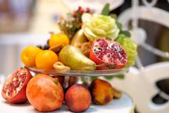 Szklany naczynie z asortyment owoc jako dekoracja Zdjęcia Royalty Free
