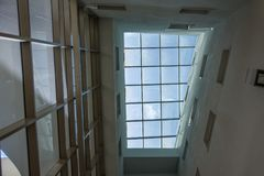 Szklany nowożytny biznesowy budynek pięknie wyglądać na zewnątrz w młodych kobiet Obrazy Royalty Free