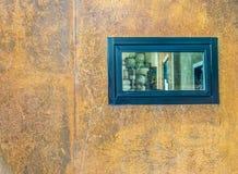 Szklany okno na ośniedziałym wall3 Obrazy Stock