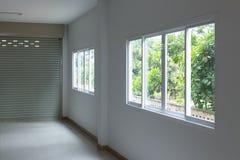 Szklany okno ono ślizga się na biel ściany wnętrzu Zdjęcia Stock
