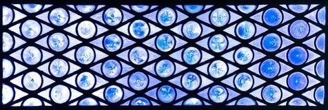 Szklany okno z okręgami i trójbokami w błękitnych odcieniach Zdjęcie Royalty Free