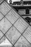 Szklany ostrosłup przy louvre Paryski Pyramide Du Louvre czarny i biały obrazy royalty free