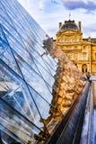 Szklany ostrosłupa i louvre muzeum zdjęcia royalty free