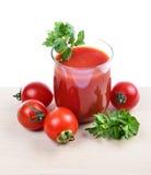 Szklany pełny świeżo przygotowany pomidorowy sok obrazy stock