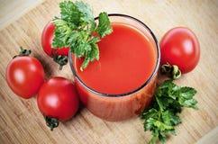 Szklany pełny świeżo przygotowany pomidorowy sok zdjęcia stock