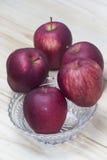 Szklany puchar z czerwonymi jabłkami above zdjęcia royalty free