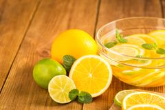Szklany puchar z detox wodą z plasterkami pomarańcze i wapno Obrazy Stock