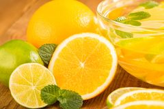 Szklany puchar z detox wodą z plasterkami pomarańcze i wapno clos Zdjęcie Stock