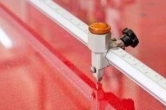 Szklany rozcięcie na czerwonym pracującym stole Obrazy Royalty Free
