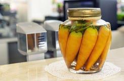 Szklany słój z marchewkami we wnętrzu kawiarni obrazy stock