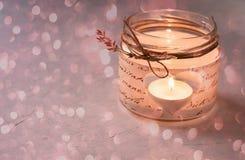 Szklany słój świeczki właściciel Decoupage Ciie out Kierowej kształta migotania światła Bokeh błyskotliwości kopii przestrzeni Ro Fotografia Royalty Free