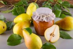 Szklany słój domowej roboty bonkreta dżem z świeżymi owoc i składnikami Fotografia Stock