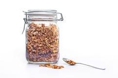 Szklany słój domowej roboty granola z łyżką Fotografia Royalty Free