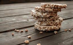 Szklany słój domowej roboty mleko, wyśmienicie crispbread na drewnianym tło stole Zdjęcie Stock