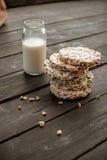 Szklany słój domowej roboty mleko, wyśmienicie crispbread na drewnianym tło stole Obraz Royalty Free