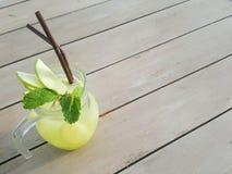 Szklany słój lukrowa sodowana lemoniada i jabłko jest miejscem na drewnianym stole Zdjęcie Stock