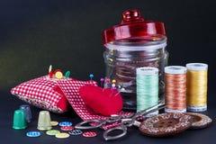 Szklany słój, Neddle skrzynka, cewy, guziki, nożyce i naparstki, Obrazy Stock