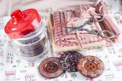 Szklany słój, nożyce i guziki, Fotografia Royalty Free