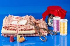 Szklany słój, nożyce, naparstki i cewy, Obrazy Royalty Free