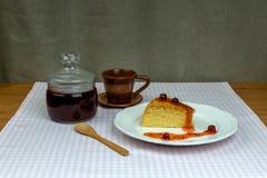 Szklany słój z agrestowym dżemem i domowej roboty ciastkiem Obrazy Stock