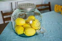 Szklany słój z cytrynami jest na stole obraz royalty free